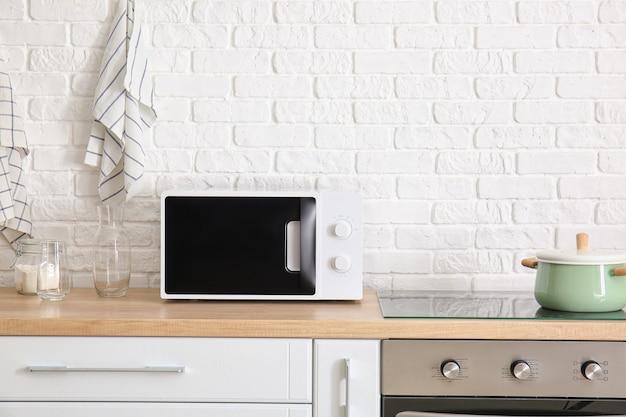 Интерьер кухни с современной микроволновой печью