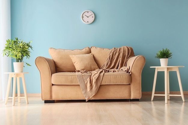 快適なソファのある明るくモダンな部屋のインテリア