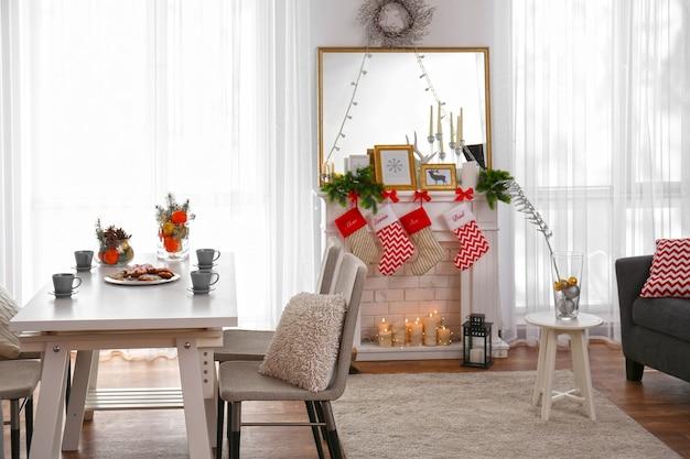 Интерьер гостиной украшен на рождество
