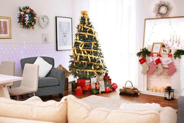 クリスマスに飾られたリビングルームのインテリア