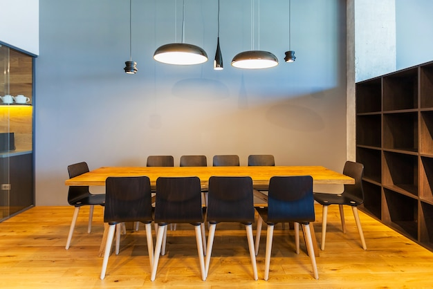 현대적인 사무실의 회의실 내부