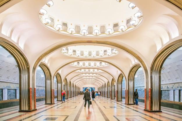 ロシア、モスクワの地下鉄駅の内部。