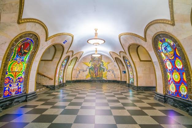 Интерьер станции метро в москве, россия.