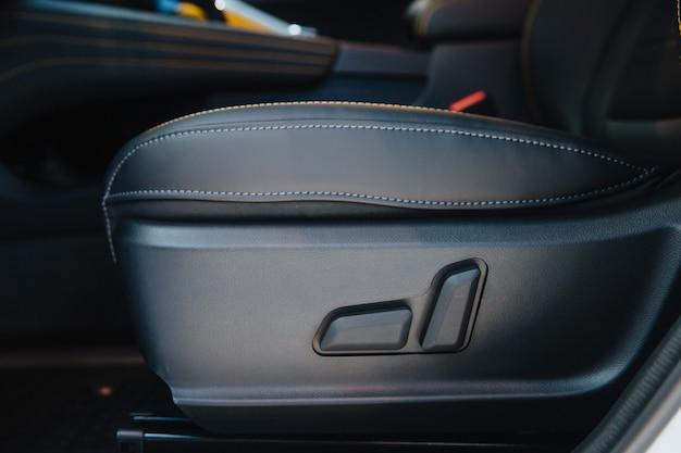 Интерьер современного автомобиля удобные черные сиденья