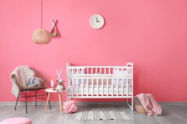 Интерьер современной детской комнаты с удобной кроватью