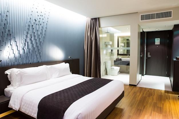 현대적인 편안한 호텔 객실의 인테리어