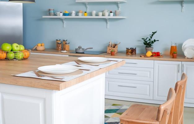 Интерьер современной удобной кухни