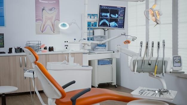 Интерьер современного стоматологического ортодонтического кабинета с рентгеновскими снимками зубов