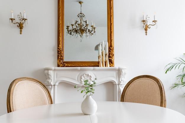현대 평면의 인테리어, 흰색 테이블, 거울이있는 거실.