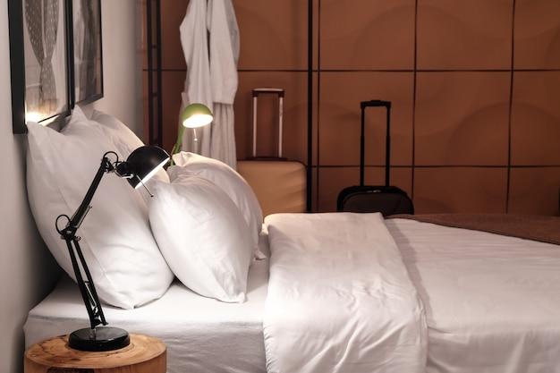 夕方のモダンなホテルの部屋のインテリア