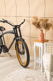 自転車付きのモダンなリビングルームのインテリア