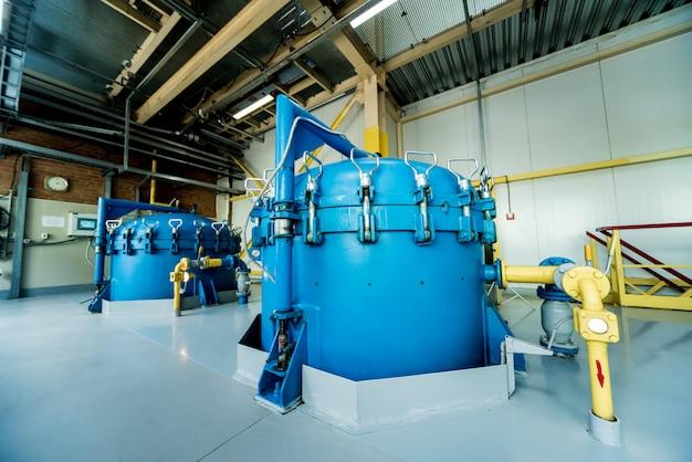 現代の天然油工場のインテリア。配管、ポンプ、モーター