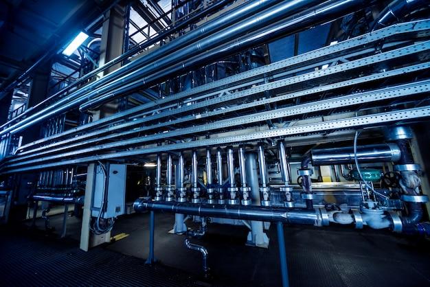 현대 천연 오일 공장의 내부. 배관, 펌프 및 모터