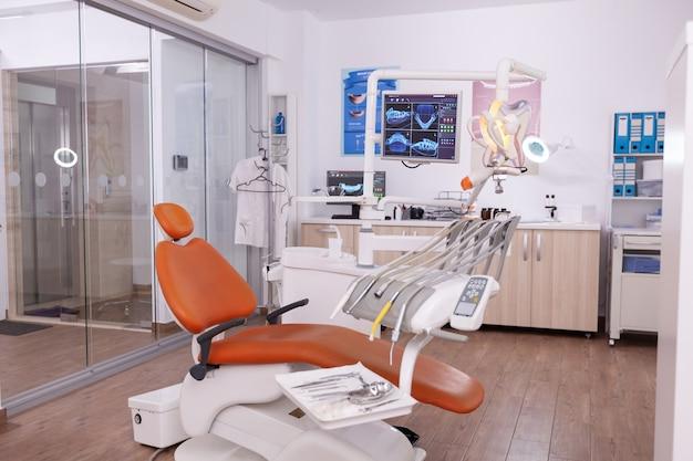 Интерьер современного профессионально оборудованного стоматологического кабинета здравоохранения с рентгеновским снимком зубов