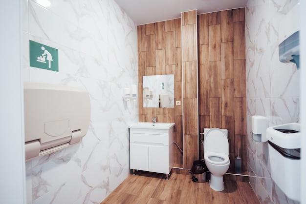 産科クリニックの近代的な公衆トイレのインテリア。