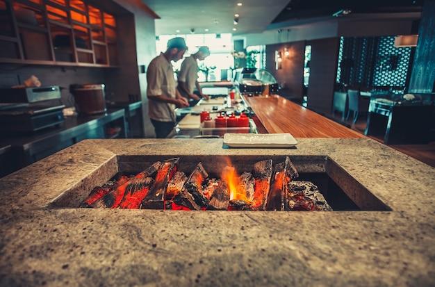 Интерьер современного ресторана с камином крупным планом