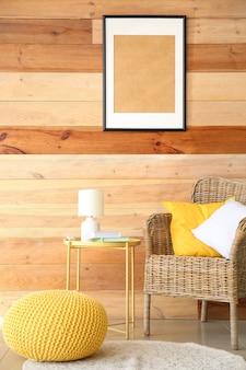 나무 벽 근처에 편안한 안락의자와 테이블이 있는 현대적인 객실 내부