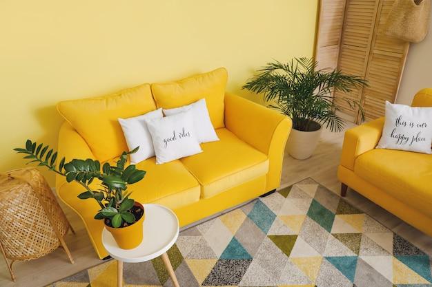 居心地の良いソファ付きのモダンな部屋のインテリア