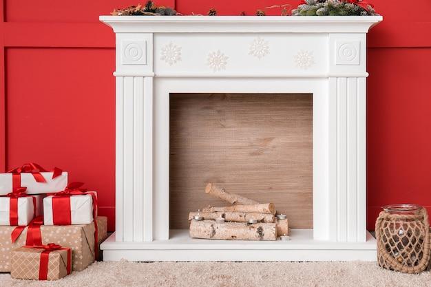 크리스마스 이브에 벽난로와 현대적인 객실의 인테리어