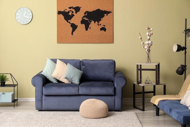 Интерьер современной комнаты с диваном и изображением карты мира