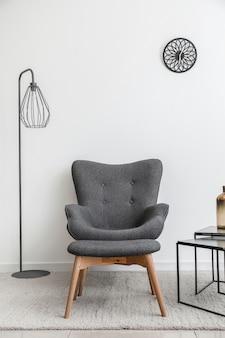 테이블, 안락 의자 및 오토만이있는 현대적인 객실의 인테리어