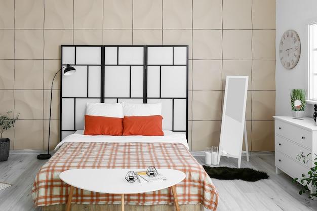鏡付きのモダンでスタイリッシュなベッドルームのインテリア