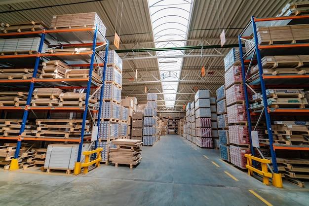 Интерьер современного склада. ряды полок с ящиками.