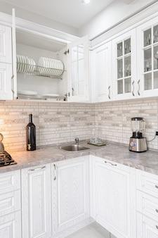 Интерьер современной белой деревянной кухни в роскошном доме