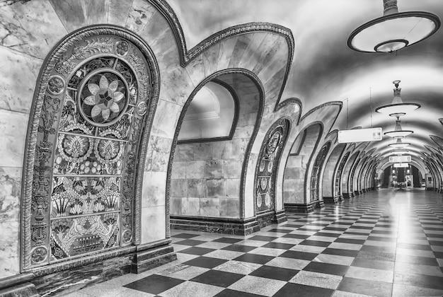 Интерьер станции метро новослободская в москве, россия