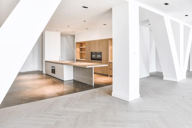 寄木細工の床と大理石の床、木製キャビネット付きのミニマリストキッチンを備えたペントハウスアパートメントのインテリア