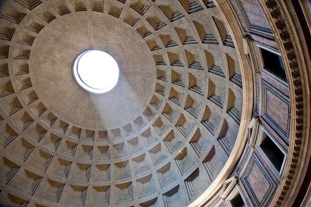 꼭대기에서 유명한 빛의 광선이 있는 로마 판테온의 내부
