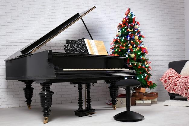 Интерьер комнаты с пианино и елкой