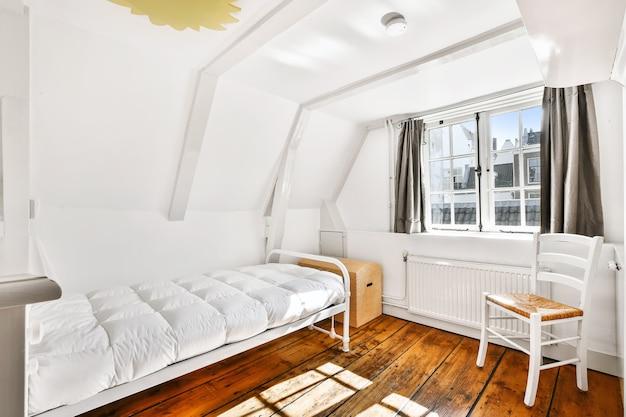 현대 집에서 부드러운 침대가있는 방 인테리어