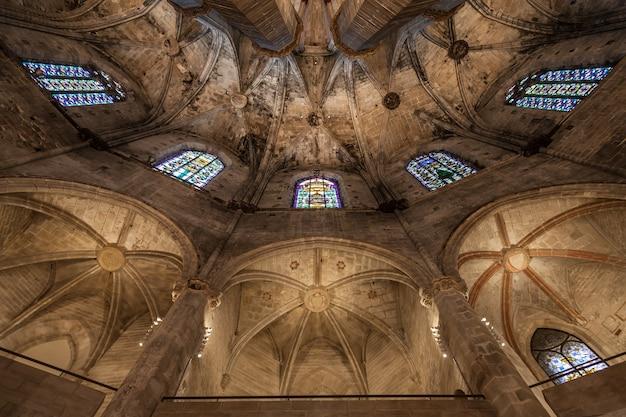バルセロナで最も美しいゴシック様式の教会、サンタマリアデルマールの内部