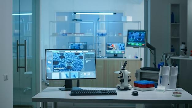 과학 연구를 위한 첨단 미생물학 도구를 사용하여 제약 혁신을 위해 준비된 사람이 없는 과학 실험실 내부. covid19 바이러스에 대한 백신 개발.
