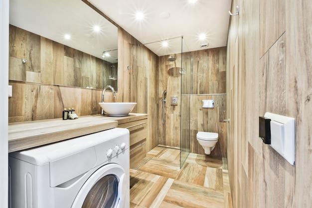 Интерьер маленькой чистой ванной комнаты в миниатюрном стиле