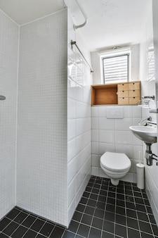Интерьер маленького чистого туалета в миниатюрном стиле