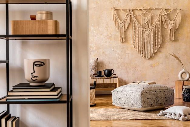Интерьер стильной гостиной с шезлонгом макраме и аксессуарами в восточной концепции