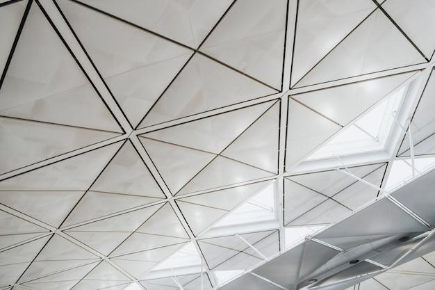 공항 지붕의 내부