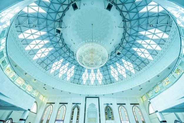 Интерьер мечети ас-сякирин, известной достопримечательности в куала-лумпуре, малайзия