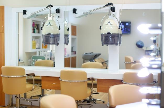 明るい色の理髪店のインテリア。美容院。ヘアカットの場所