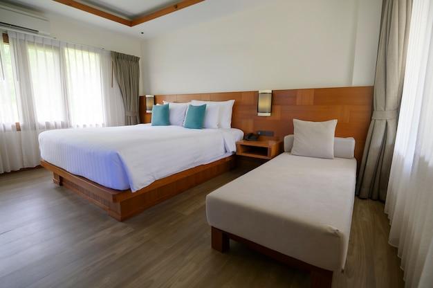 木製の家具とフローリングの寝室のインテリア