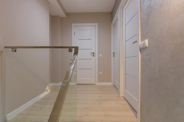 현대적인 스타일의 베이지색 벽이 있는 아파트 복도 내부