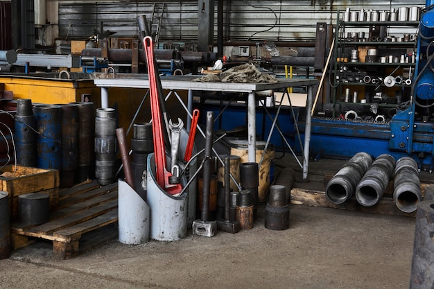 드릴링 장비 및 다양한 도구의 세부 정보가 있는 공장 내부