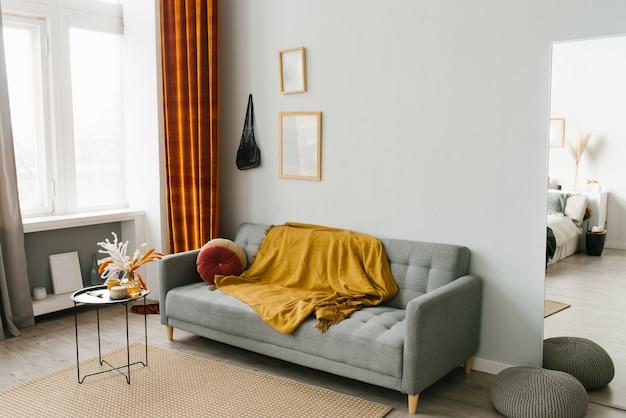 Интерьер гостиной в скандинавском минималистском стиле в серо-желто-оранжевых тонах