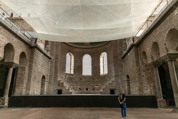 Интерьер средневековой церкви святой ирины в стамбуле.