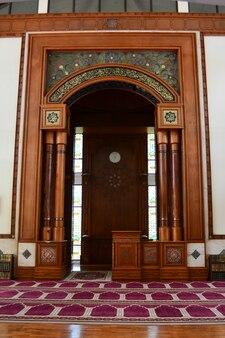 Интерьер мечети для мусульман для совершения молитв