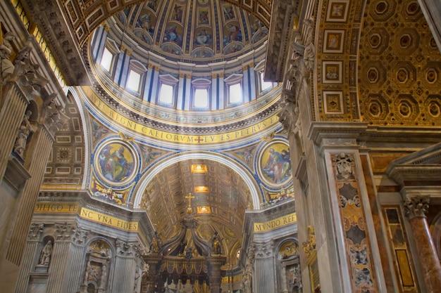 イタリア、ローマ、バチカン市国のサンピエトロ大聖堂の内部