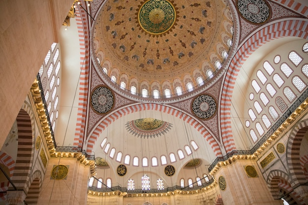 Интерьер мечети сулеймана, грандиозной мечети xvi века в стамбуле