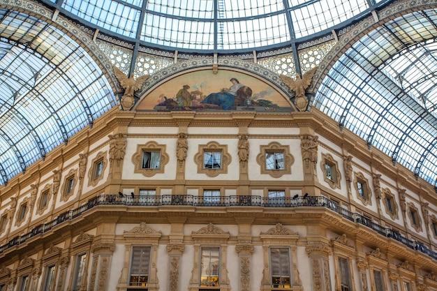 Интерьер галереи витторио эмануэле ii, площадь дуомо, в центре милана.